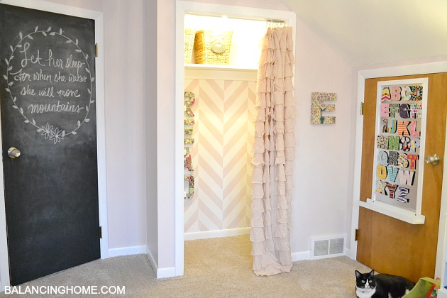 Kid room makevoer with reading nook chalkboard door and DIY