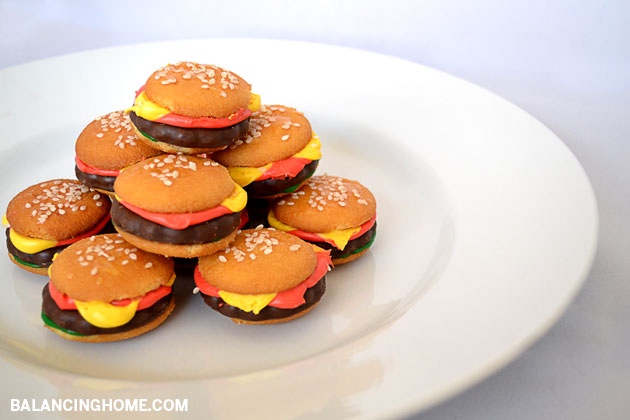 So simple to make and so yummy! Dying over the cuteness of these mini hamburger cookies.