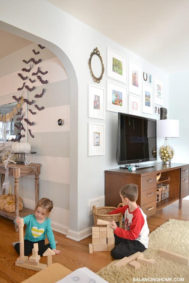 TV-GALLERY-WALL-DINING-ROOM-WALL-HALLOWEEN-DISPLAY