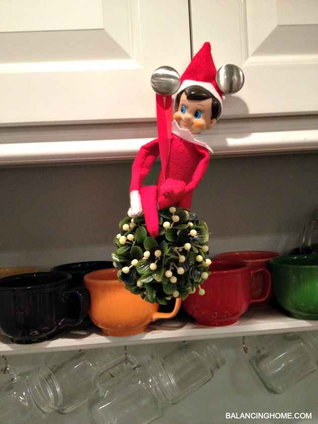 elf-on-the-shelf-mistletoe