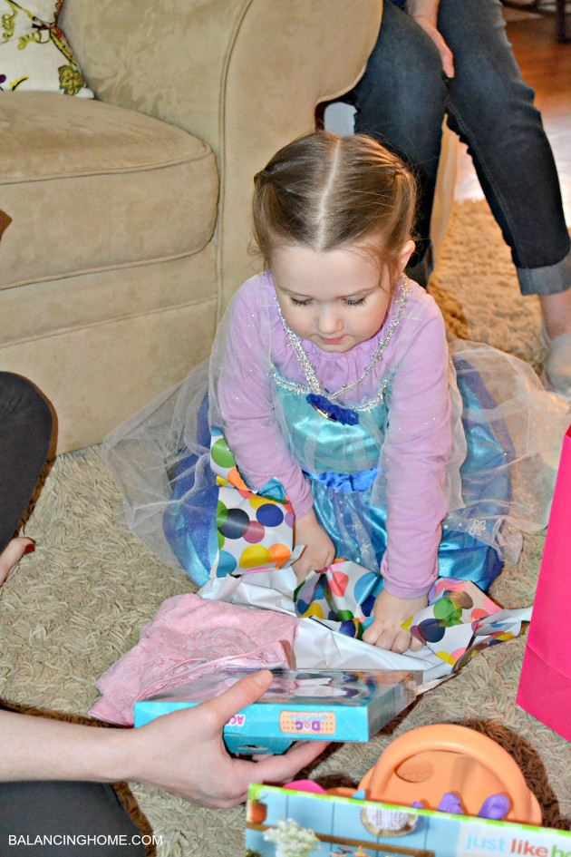 opening-presents-frozen-party