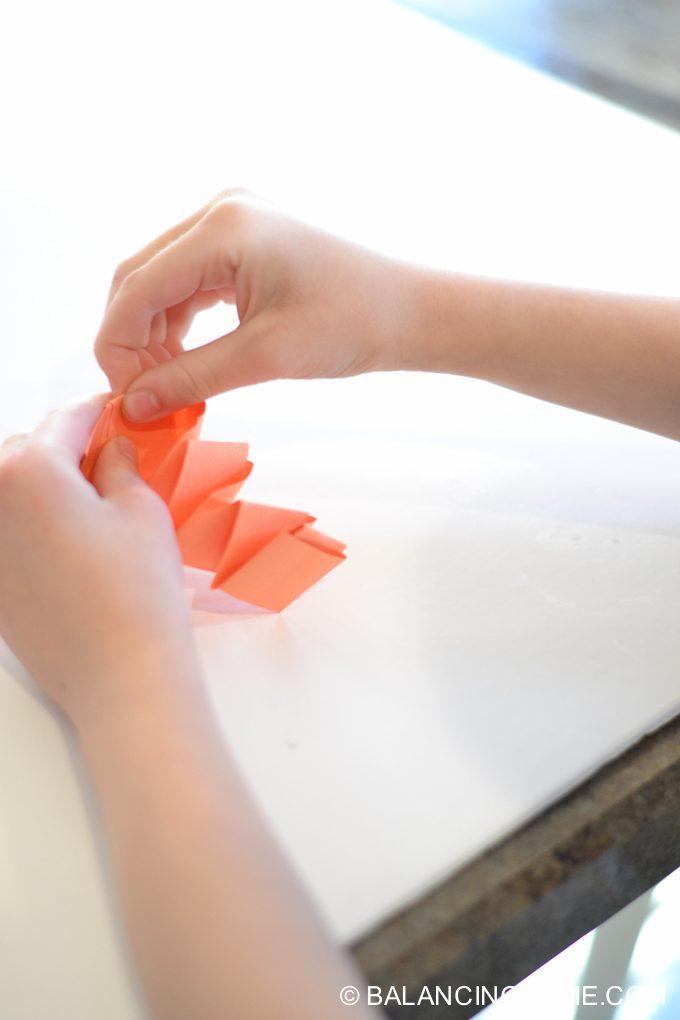 kid-craft-folded-paper-caterpillar-11