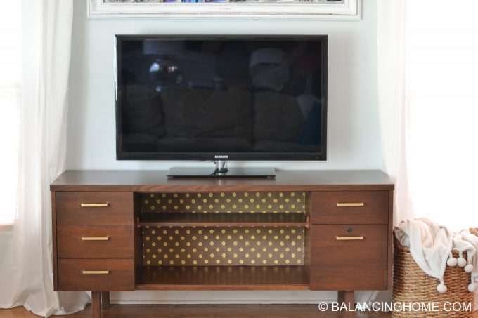 hanging-burlap-with-starch-tv-credenza-2
