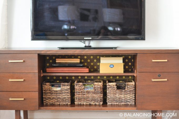 hanging-burlap-with-starch-tv-credenza-7