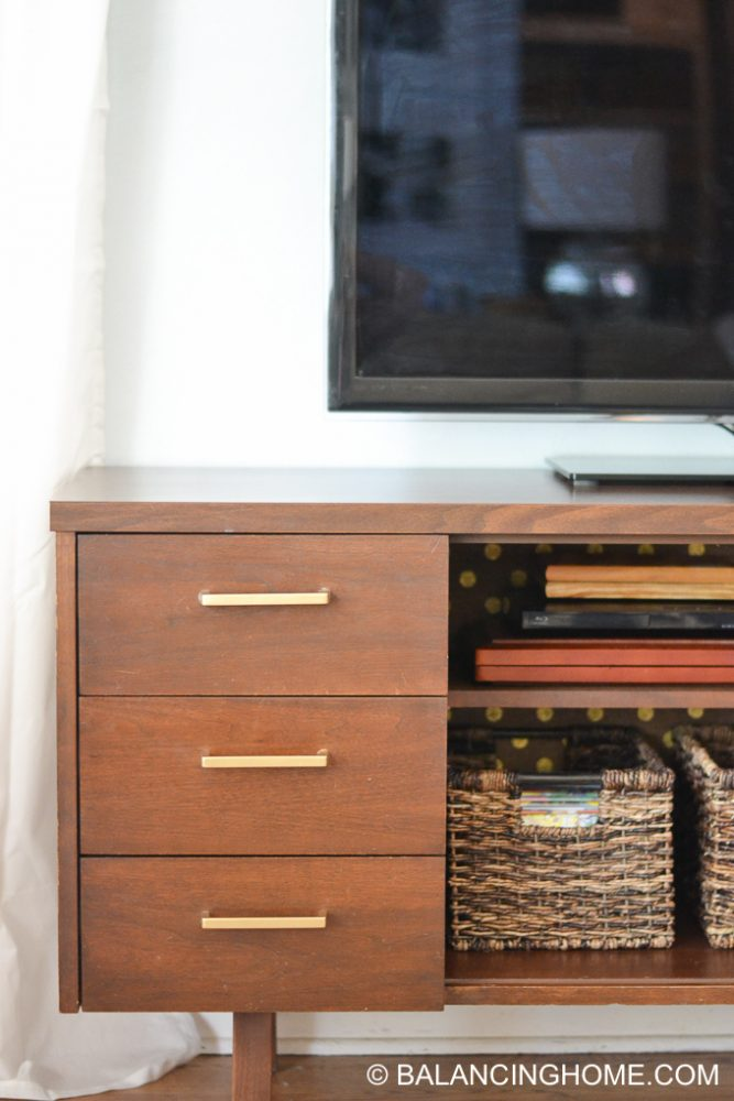 hanging-burlap-with-starch-tv-credenza-9