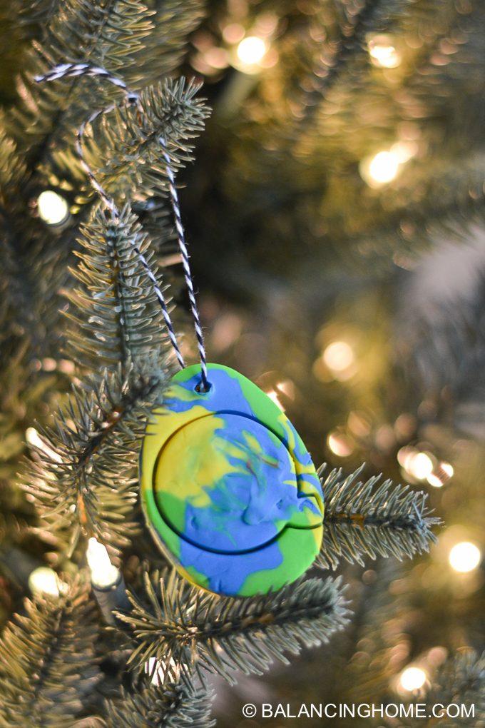 kid-craft-diy-clay-marble-Christmas-ornaments-27