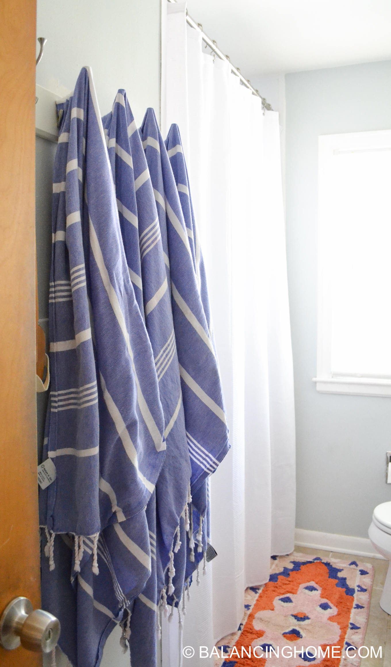 small bathroom ideas - colorful bath mat and turkish towels
